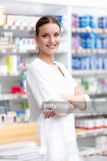 Jeune Pharmacien souriant avec Bras croisés