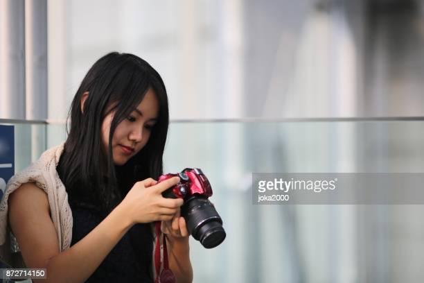 彼女のカメラの若手写真家 schecking データ