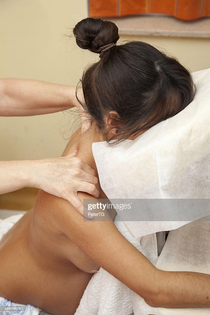 Jovem mulher grávida em Massagem Pré-natal relaxante : Foto de stock