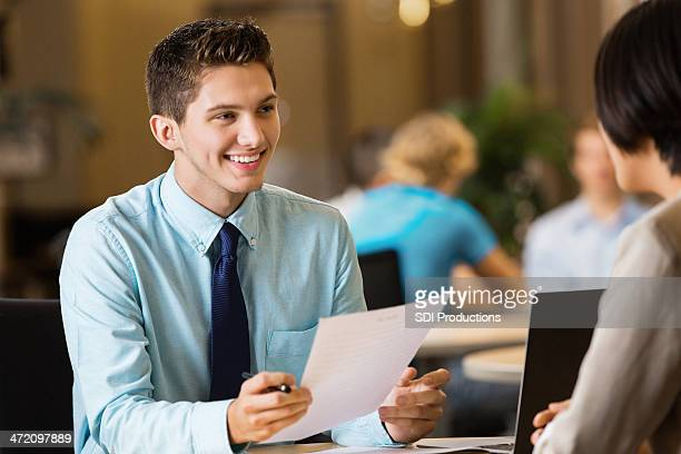 Giovane studente di college con curriculum professionale al colloquio di lavoro