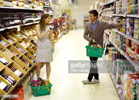 Young professionals supermarket dating : Bildbanksbilder
