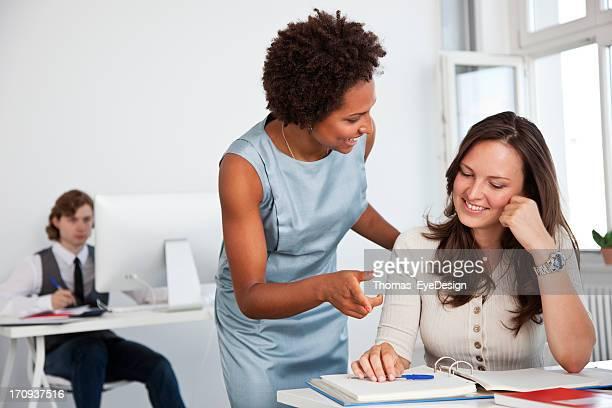 Giovani professionisti al lavoro in ufficio