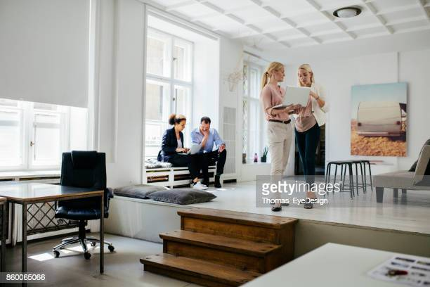 Young Professionals Arbeiten In modernen Büroumgebung