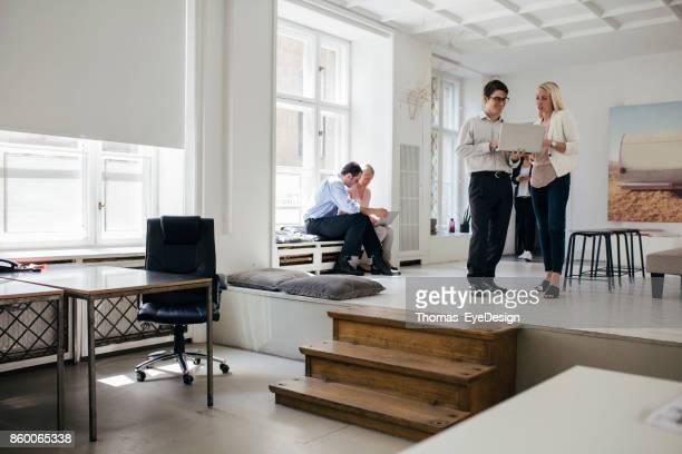 Young Professionals arbeiten zusammen In Bright, öffnen Sie Office-Umgebung