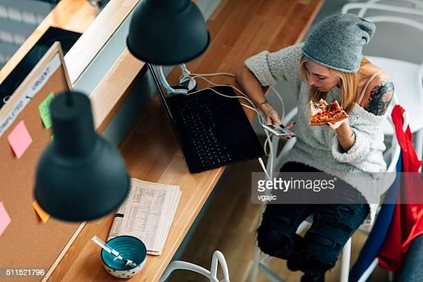 若い プログラマ 食事で自分のオフィス