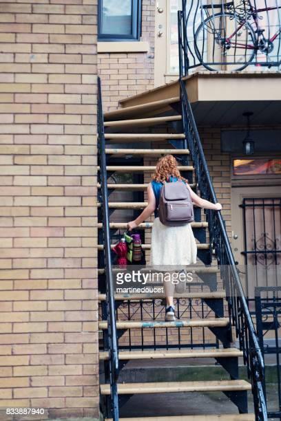 Jonge roodharige meisje krijgen van thuis alleen na de school.