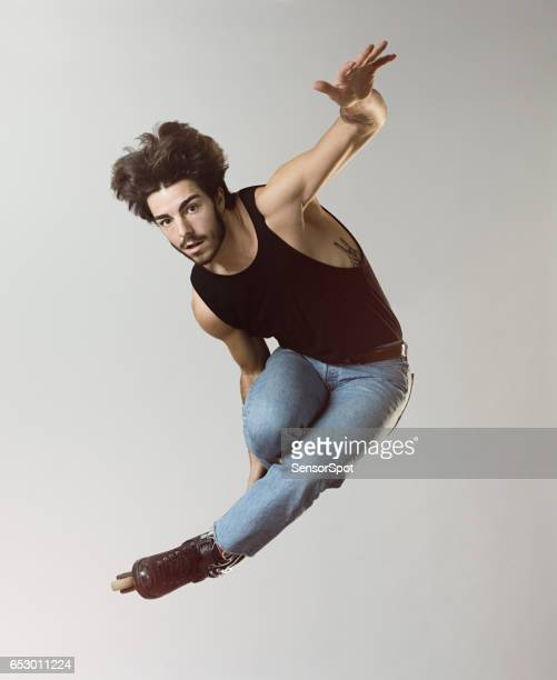Jonge roller blade schaatser springen