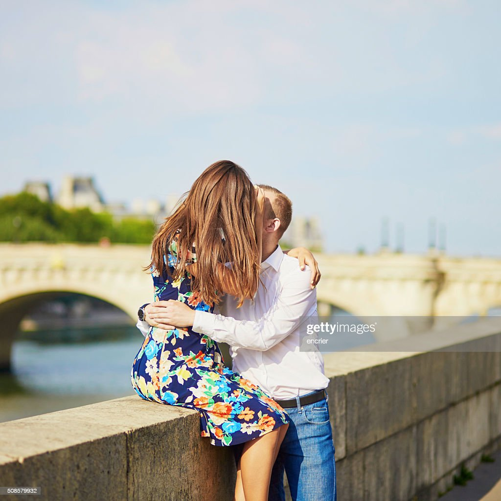 Young romantic couple on the Seine embankment : Stockfoto