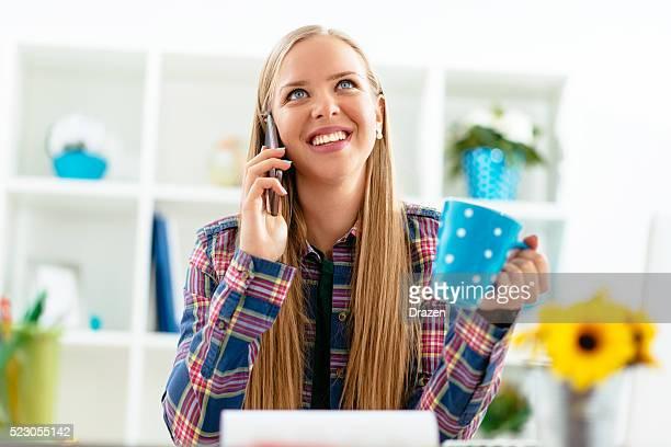Junge skandinavischen Geschäftsfrau, die Kaffeepause bei der Arbeit