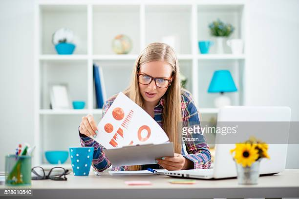 Junge skandinavischen Geschäftsfrau in start-up-Büro einem Projekt