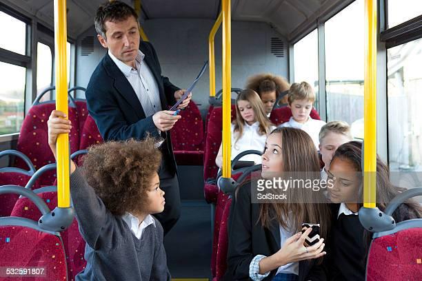 Junge Schulkinder mit Technologie auf Bus