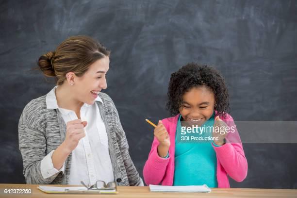 Jong schoolmeisje is opgewekt om te begrijpen van de toewijzing