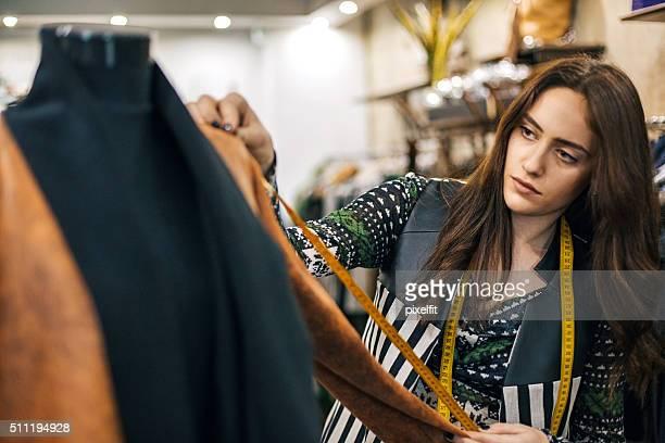 costurera joven en una tienda de moda