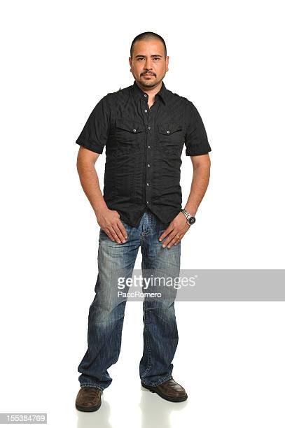 Junge ernst mexikanische Mann stehend mit Händen in den Taschen