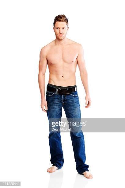 上半身裸筋肉の若い男白で分離