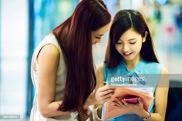 Jeune Accro du shopping femmes inscrit pour carte de crédit