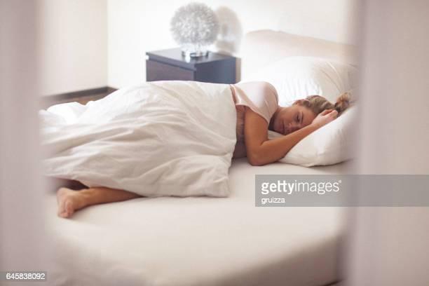 午前中に自宅のベッドで若い独身女性