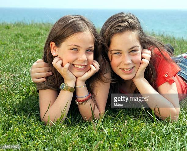 Junge Schwestern im Freien Porträt