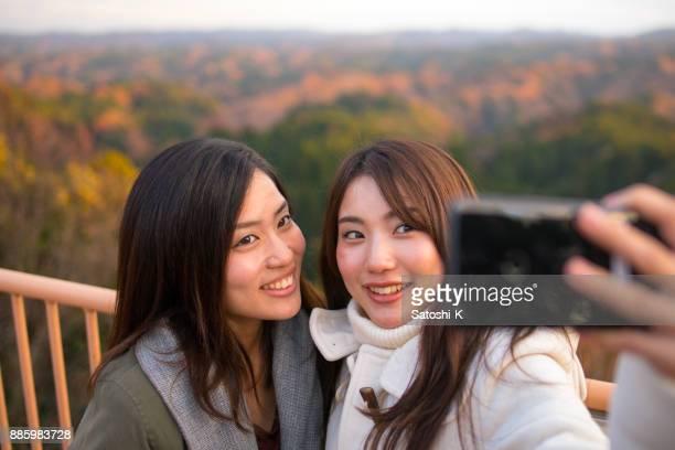 天文台の selfie 写真を撮る若い姉妹