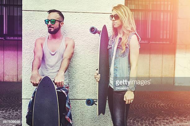Kleine Skater-longboard posieren mit skateboards
