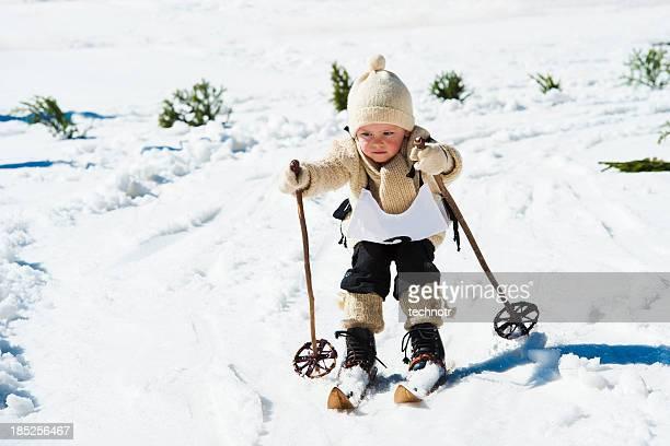 Giovane sciatore utilizzando attrezzatura da sci in stile retro