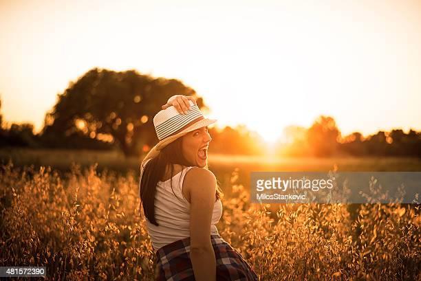 Jeune souriant femme profitant de la lumière du soleil
