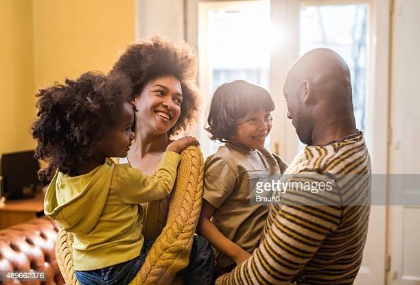 持って笑う若いアフリカ系アメリカ人の家族に連絡しています。