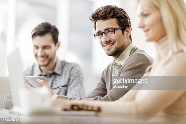 Junge lächelnd Geschäftsmann.