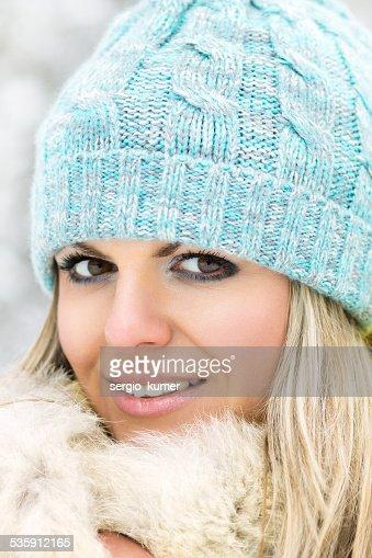 Jovem sorridente caucasiana Menina olhar para a câmara : Foto de stock