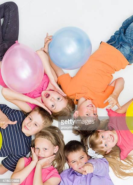 Junge lächelnd Kinder im Kreis Blick nach oben