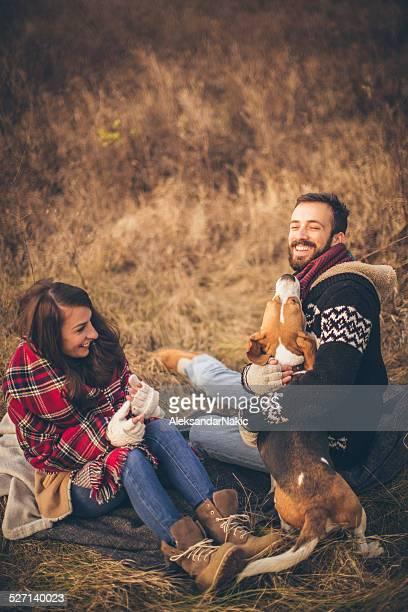 Junge lächelnd Paar mit Ihrem Hund