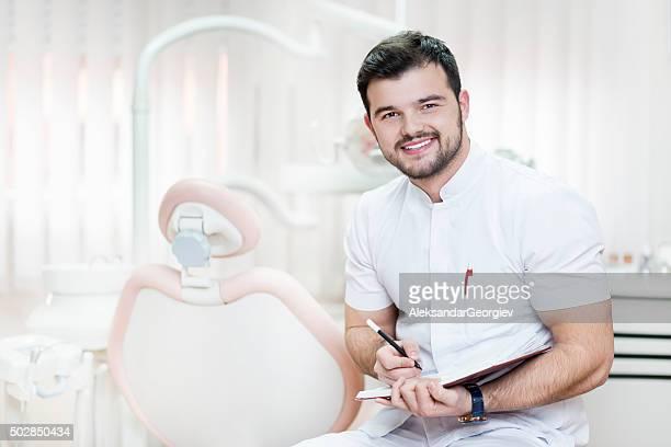 Junge lächelnd Männlich Zahnarzt Arzt Schreiben verschreibungspflichtige wie