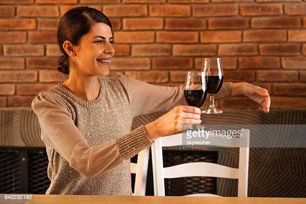 Brindis Mujer joven sonriente con invisible persona.