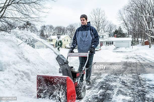Junge Schneepflug Guy Rechteklärung Schnee am Stadtrand von der Auffahrt aus