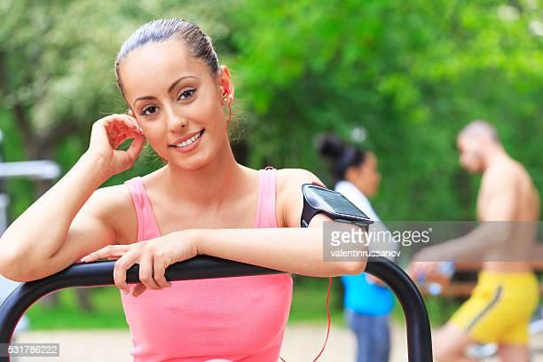 Junge Sportlerin ruhen auf Luft Walker im Park