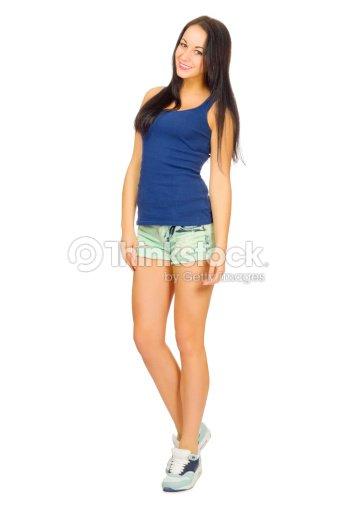 Mujer joven en el deporte sho en pantalones cortos