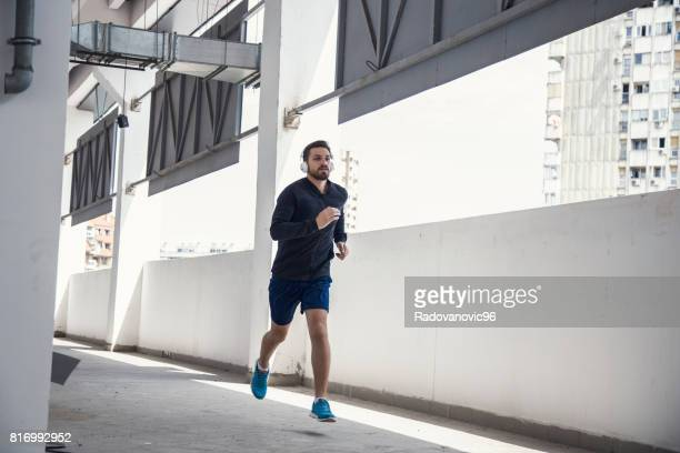 Jeune homme sportif ayant séance d'entraînement