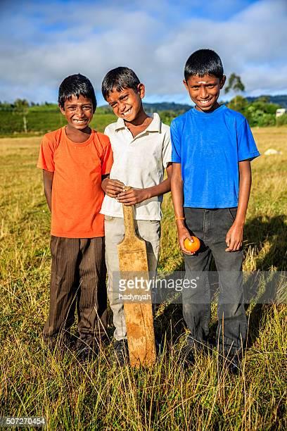 Junge Sri-lankische Jungen spielen Kricket auf Teeplantage