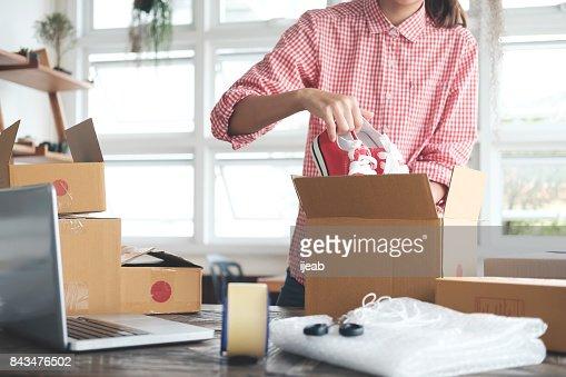 Junge Start-up Unternehmer Kleinunternehmer Arbeiten von Zuhause, Verpackung und Lieferung Situation. : Stock-Foto