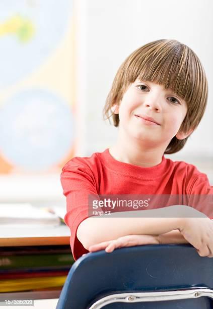 Joven estudiante en un montaje tipo aula