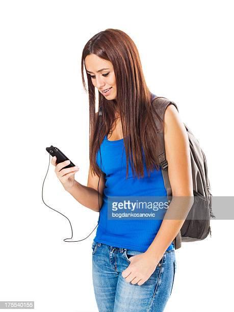 Junge Studenten hören Musik auf Handy