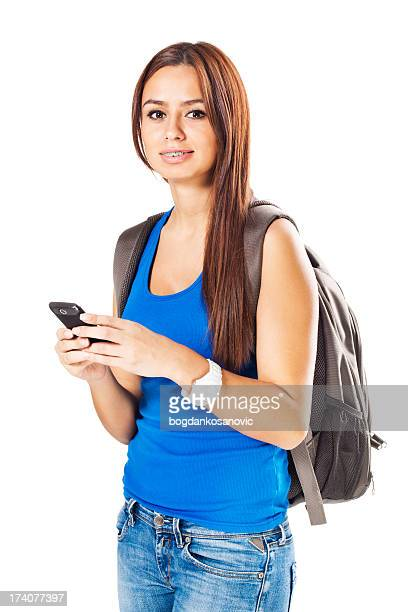 Jeune étudiant à l'aide de téléphone mobile