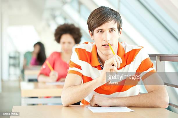 Junge Studenten in einer Prüfung
