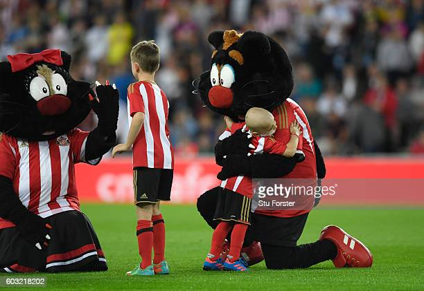 Young Sunderland mascot Bradley Lowery embraces mascot Samson the Cat prior tothe Premier League match between Sunderland and Everton at Stadium of...