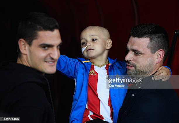 Young Sunderland mascot Bradley Lowery with his father Carl goalkeeper Vito Mannone of Sunderland and prior to the Premier League match between...