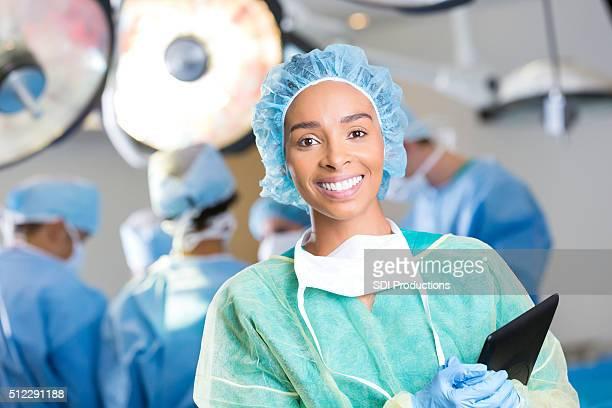 Cirujano joven prepara para cirugía