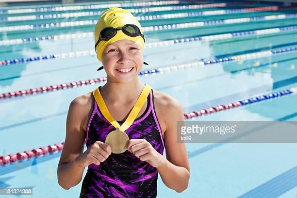 Junge Schwimmer mit Medaille