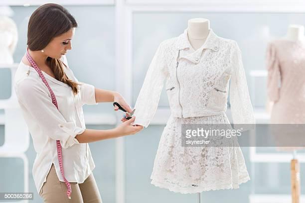 Giovane misura che lavora in studio di design di abbigliamento.
