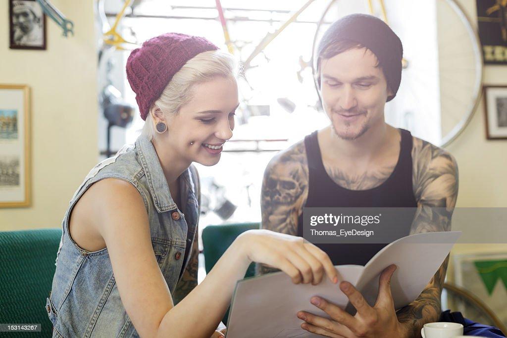 tattooed 若い男性と女性であるカタログ : ストックフォト