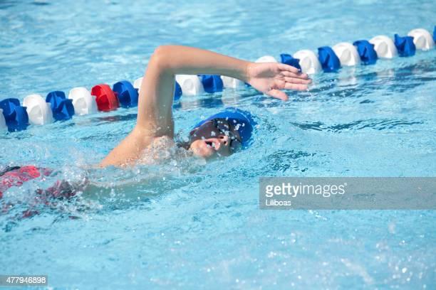 Giovane ragazzo adolescente nuoto in acqua Nuoto a stile libero